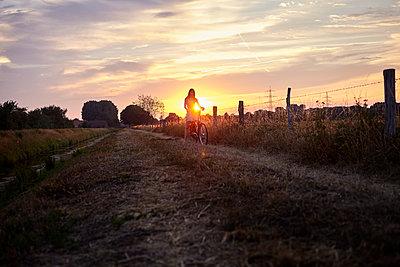 Sommerabend mit dem Fahrrad - p1348m2200394 von HANDKE + NEU