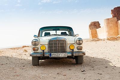 Daimler-Benz W110 bei Burgruinen nahe As-Suchna, Syrien - p1493m2063576 von Alexander Mertsch
