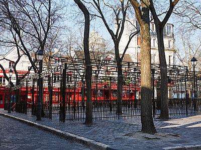 Empty Place du Tertre in Montmartre, Paris during Covid-19 quarantine - p1499m2179035 by Marion Barat