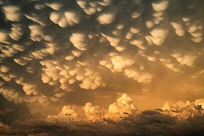 Dramatic skies over the landscape seen during a storm chasing tour in the midwest of the United States. An example of mammatus cloud; Kansas, United States of America - p442m2074071 by Robert Postma