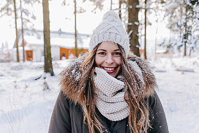 Young woman in winter clothing  - p586m2005134 by Kniel Synnatzschke