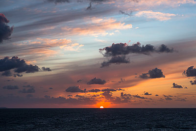 Sonnenuntergang und Wolken über dem Meer - p1057m2008608 von Stephen Shepherd