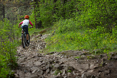 Boy, age 11 mountain biking rocky technical section of trail in Idaho. - p1166m2113372 by Cavan Images