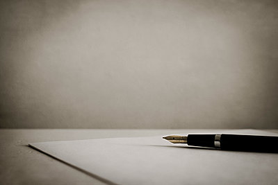 Vintage fountain pen and paper on a table - p1228m1119496 by Benjamin Harte