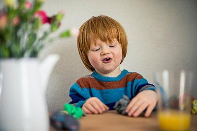 Kleiner Junge spielt mit Knete - p1284m1541279 von Ritzmann