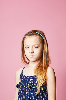 Little girl on pink background - p1540m2150966 by Marie Tercafs