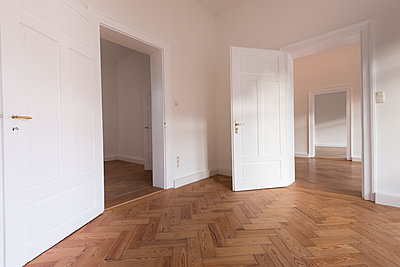 Spacious empty flat with herringbone parquet - p300m1449769 by Christina Falkenberg