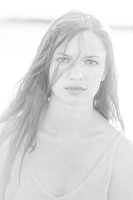 Junge Frau mit langen Haaren, Portrait - p552m2278522 von Leander Hopf