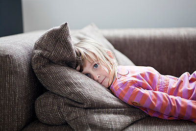 Girl lying on sofa - p699m1525689 by Sonja Speck