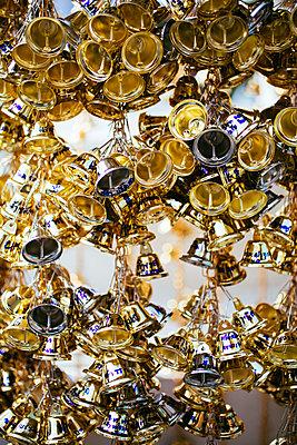 Hunderte Mini-Glocken in Bangkoks Tempel Wat Rakang - p728m1562144 von Peter Nitsch