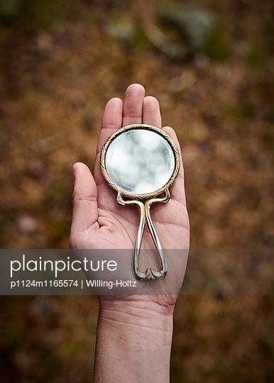 Hand mit Spiegel - p1124m1165574 von Willing-Holtz