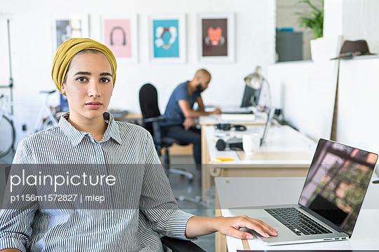 Junge Frau, Startup Unternehmen - p1156m1572827 von miep