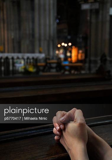 Frau beim Beten - p5770417 von Mihaela Ninic