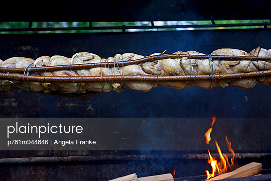 Über dem Feuer - p781m944846 von Angela Franke
