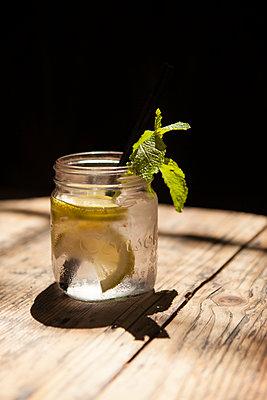 Glas mit Wasser, Zitronenscheiben und Minze - p045m1223737 von Jasmin Sander
