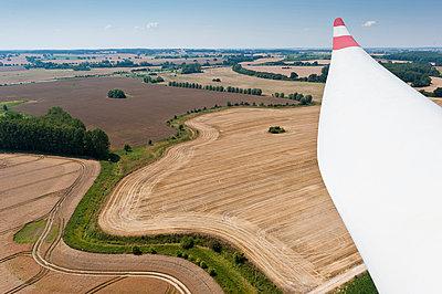 Rotorblatt über der Landschaft - p1079m881327 von Ulrich Mertens
