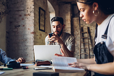 Creative business people working at table in loft office - p300m2202811 by Eugenio Marongiu