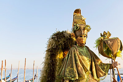 Person in Venetian costume during Venice Carnival - p442m883865 by Kav Dadfar