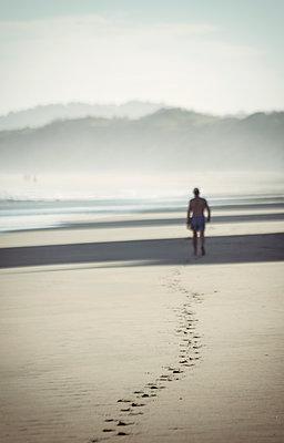 Mann hinterlässt Fußspuren im Sand - p1443m1511334 von SIMON SPITZNAGEL