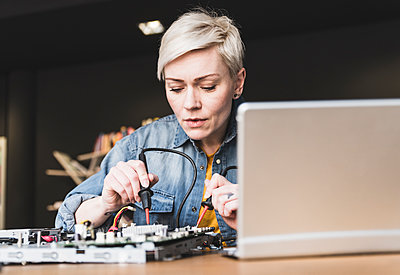 Woman working on computer equipment - p300m1581124 by Uwe Umstätter