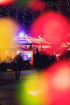 Germany, illuminated Christmas market - p300m2042913 von Michael Malorny