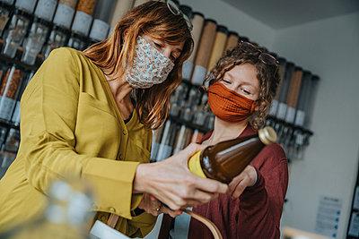 Women shopping in zero waste shop, Cologne, NRW, Germany - p300m2256370 von Mareen Fischinger