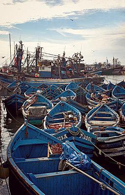 Fischerboote im Hafen - p382m1194964 von Anna Matzen