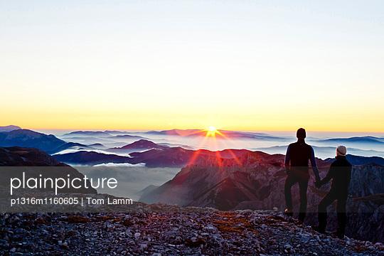 Zwei Wanderer am Hochschwabgipfel bei Sonnenaufgang, Hochschwab, Steiermark, Österreich - p1316m1160605 von Tom Lamm