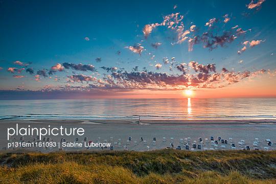 Sonnenuntergang über dem Meer, Wenningstedt, Sylt, Nordfriesland, Schleswig-Holstein, Deutschland - p1316m1161093 von Sabine Lubenow