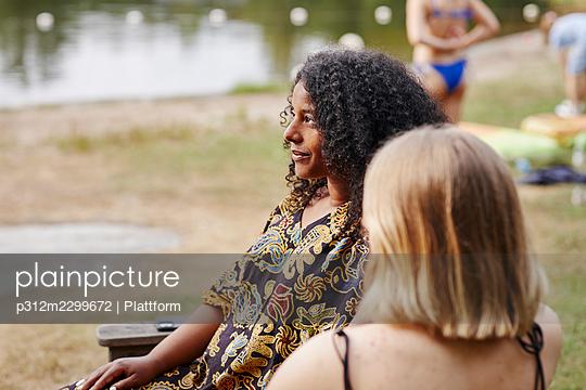 Friends resting at lakeside - p312m2299672 by Plattform