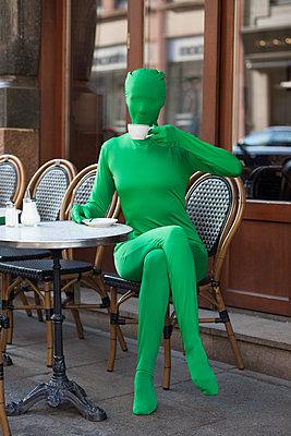 Im Morphsuit einen Kaffee genießen - p045m2016039 von Jasmin Sander