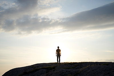Silhouette Mann auf Felsen - p1124m1503348 von Willing-Holtz