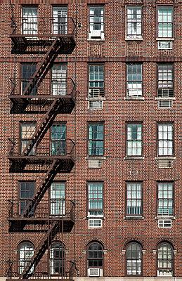 Feuerleiter an einem Backsteinhaus in Greenwich Village - p1248m1462097 von miguel sobreira