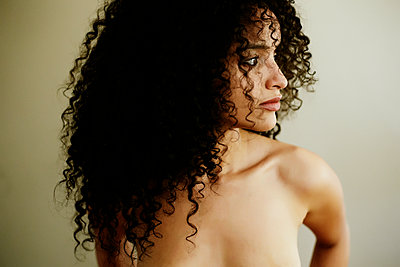 Portrait of naked Hispanic woman looking away - p555m1303375 by Peathegee Inc
