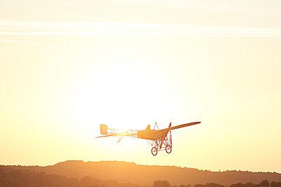 Kunstflug - p587m1190424 von Spitta + Hellwig