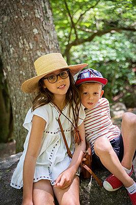Portrait of siblings - p756m2122757 by Bénédicte Lassalle