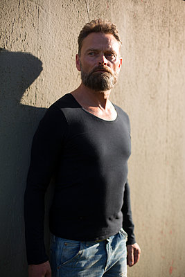 Mann vor einer Wand - p975m1464750 von Hayden Verry