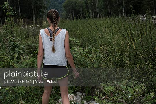 Junge Frau in der Natur - p1422m1491842 von Vivian Rutsch