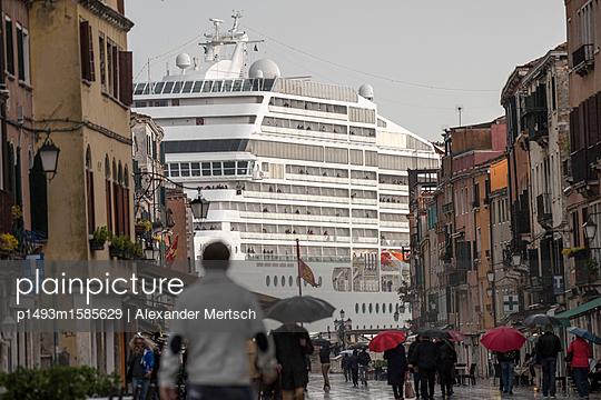 Blick von der Via Giuseppe Garibaldi auf riesiges Kreuzfahrtschiff vor Venedig III - p1493m1585629 von Alexander Mertsch