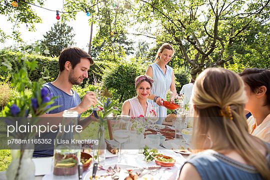 Gemeinsames Essen im Garten - p788m1165352 von Lisa Krechting