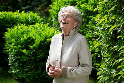 Ältere Frau lacht - p1221m1585952 von Frank Lothar Lange
