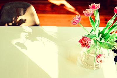 Blumenstrauß auf Esstisch - p432m1123953 von mia takahara