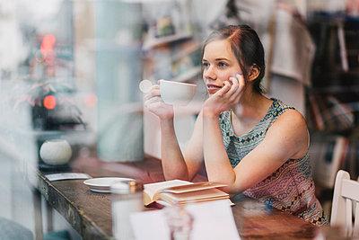 Young woman having a coffee - p586m1011265 by Kniel Synnatzschke
