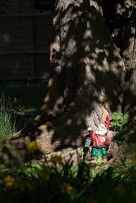Gartenzwerg unter einem Baum - p739m1030846 von Baertels
