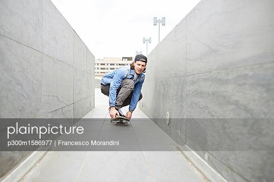 Young man skateboarding in the city - p300m1586977 von Francesco Morandini