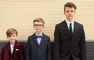 Brüder im Anzug - p045m1169498 von Jasmin Sander