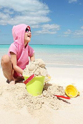 Kind mit Sandspielzeug - p045m813638 von Jasmin Sander