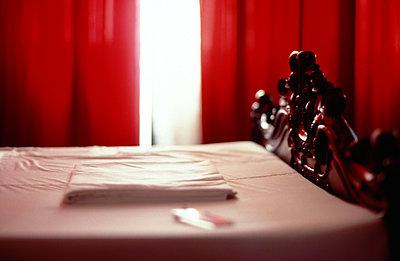 Hotelbett im Zwielicht - p1270m1114394 von Létizia Le Fur
