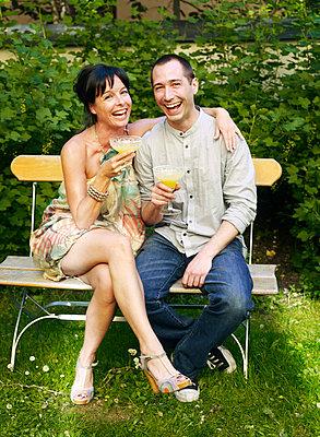 Couple drinking orange juice in backyard - p31225755 by Anna Huerta