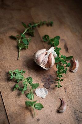 Rosemary, oregano and garlic - p947m2172203 by Cristopher Civitillo